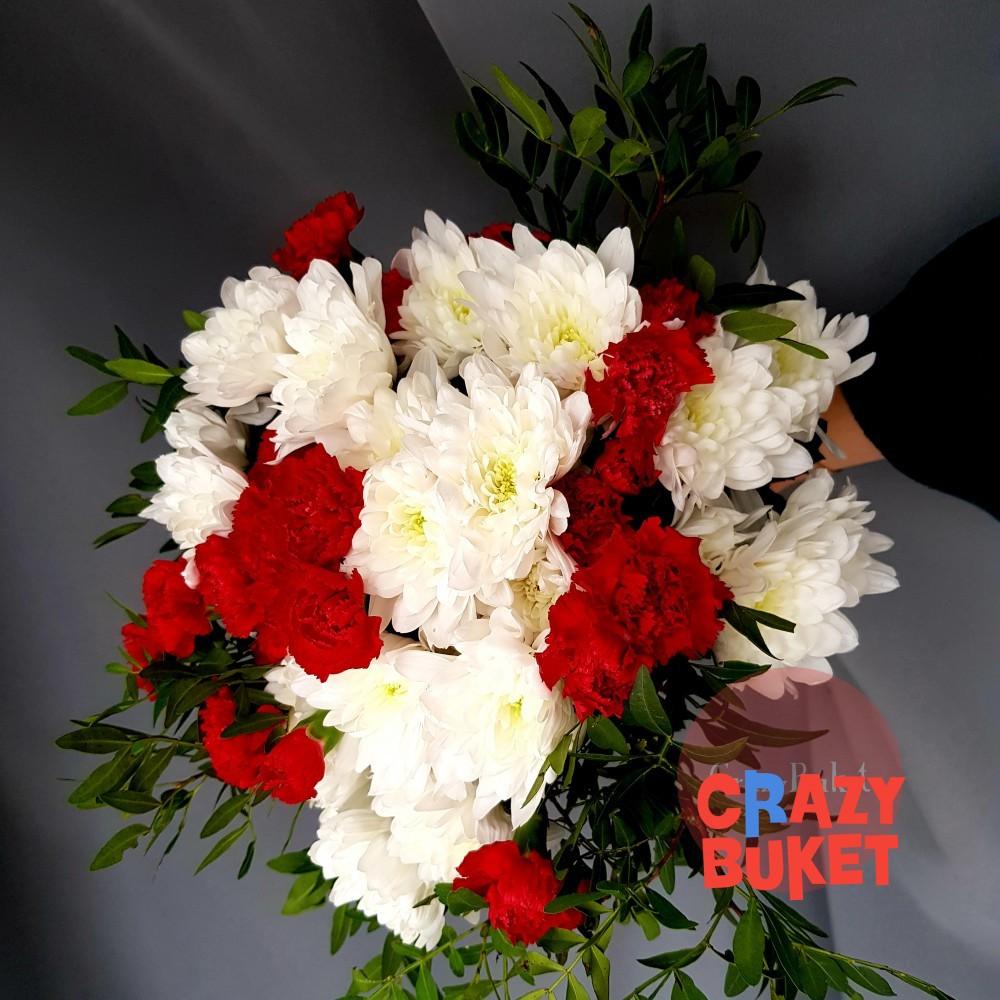 Букет из 61 хризантемы и гвоздики